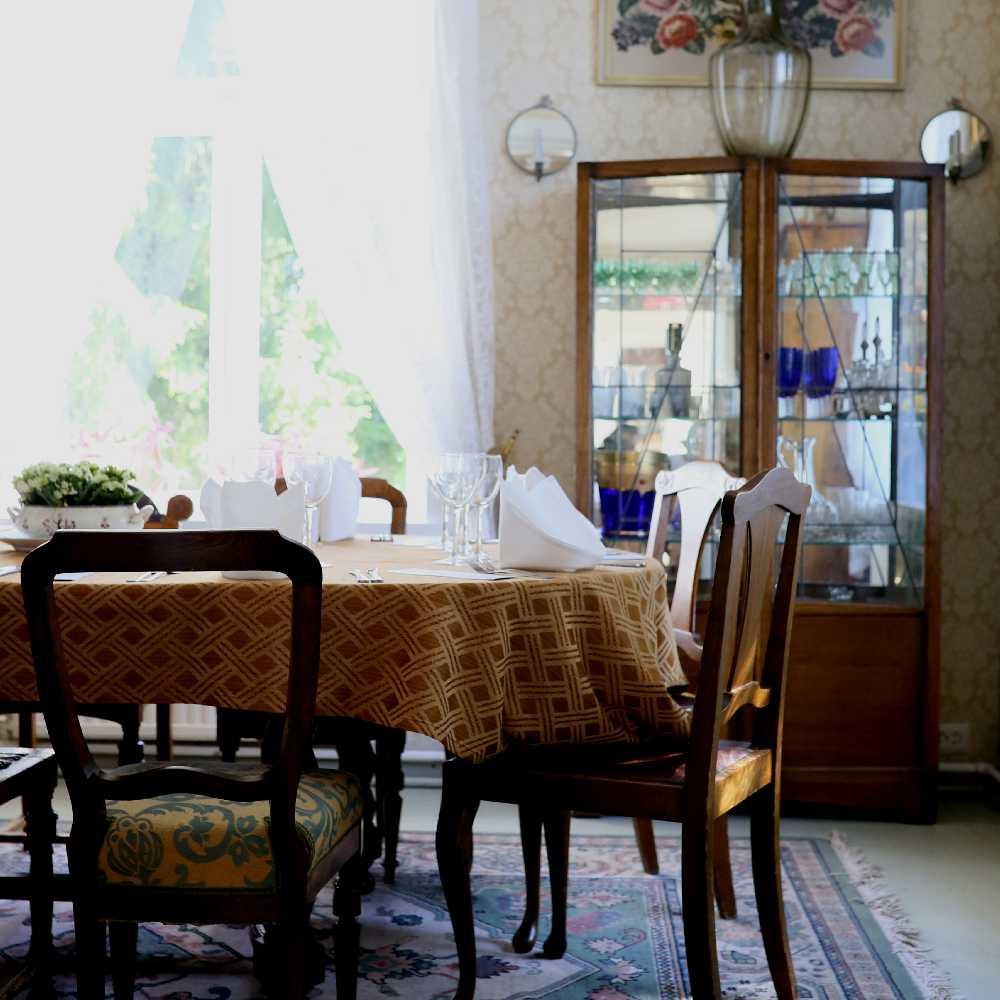 tertin_kartano_ruokailuhuone table